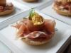 Catering / Walking dinner: bagel met rauwe ham en truffel roerei